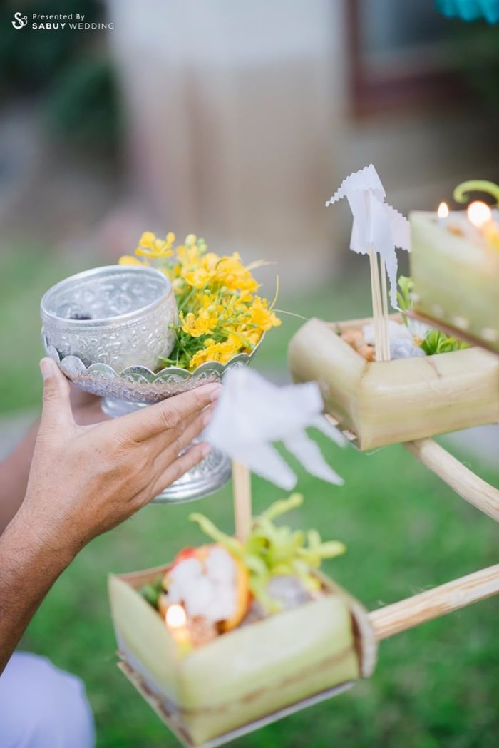 งานหมั้น รีวิวงานแต่งอิ่มใจไปกับงานหมั้นล้านนา ปิดท้าย Sit-down dinner ประดับไฟแสนสวยในสวนหลังบ้าน