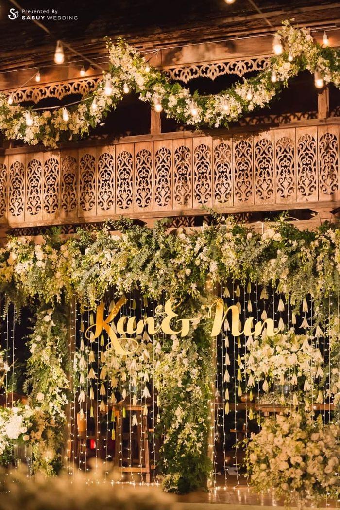 backdrop งานแต่ง,ตกแต่งงานแต่ง,จัดดอกไม้งานแต่ง รีวิวงานแต่งอิ่มใจไปกับงานหมั้นล้านนา ปิดท้าย Sit-down dinner ประดับไฟแสนสวยในสวนหลังบ้าน
