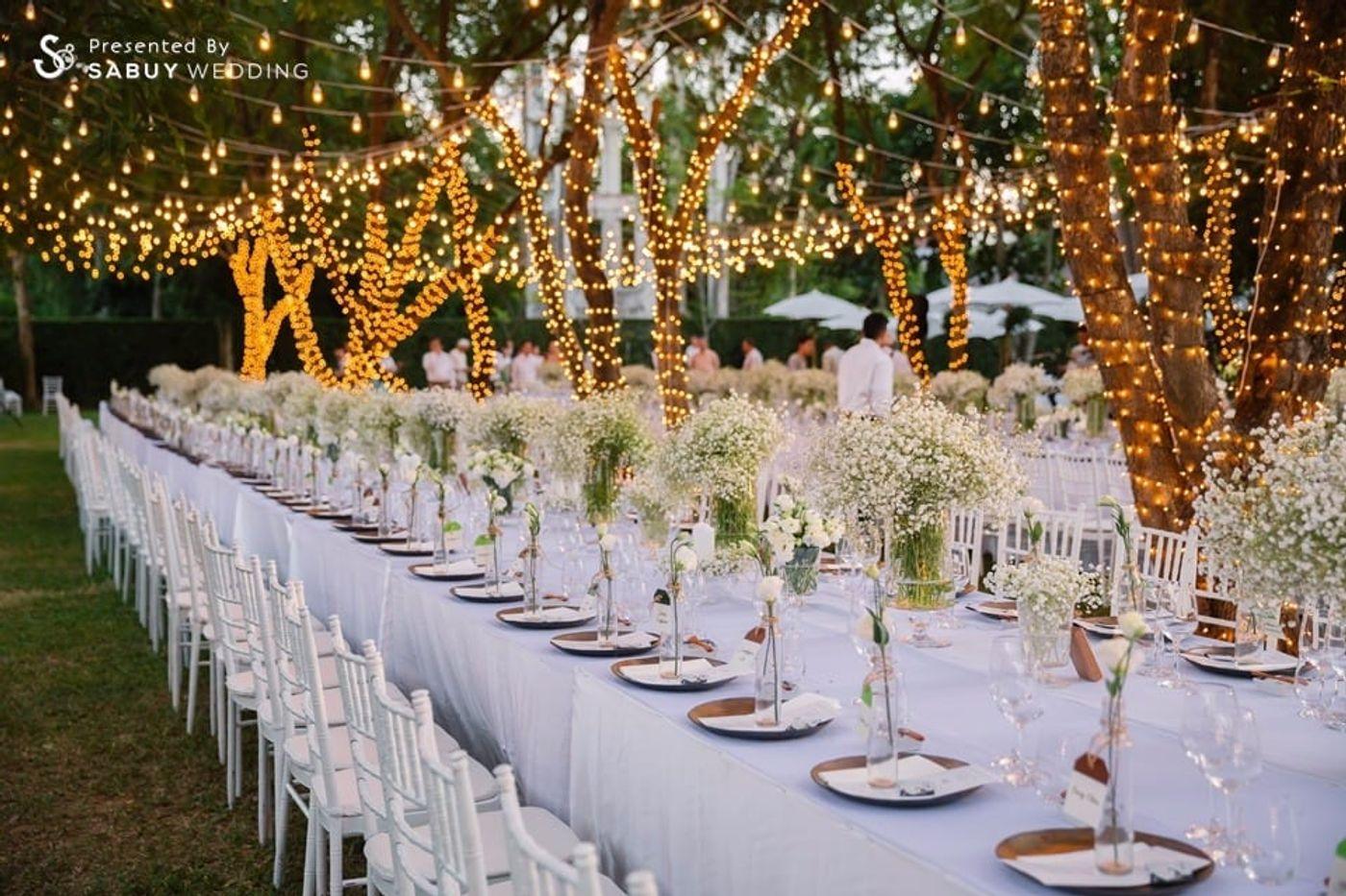 long-table,ตกแต่งงานแต่ง,จัดดอกไม้งานแต่ง รีวิวงานแต่งอิ่มใจไปกับงานหมั้นล้านนา ปิดท้าย Sit-down dinner ประดับไฟแสนสวยในสวนหลังบ้าน