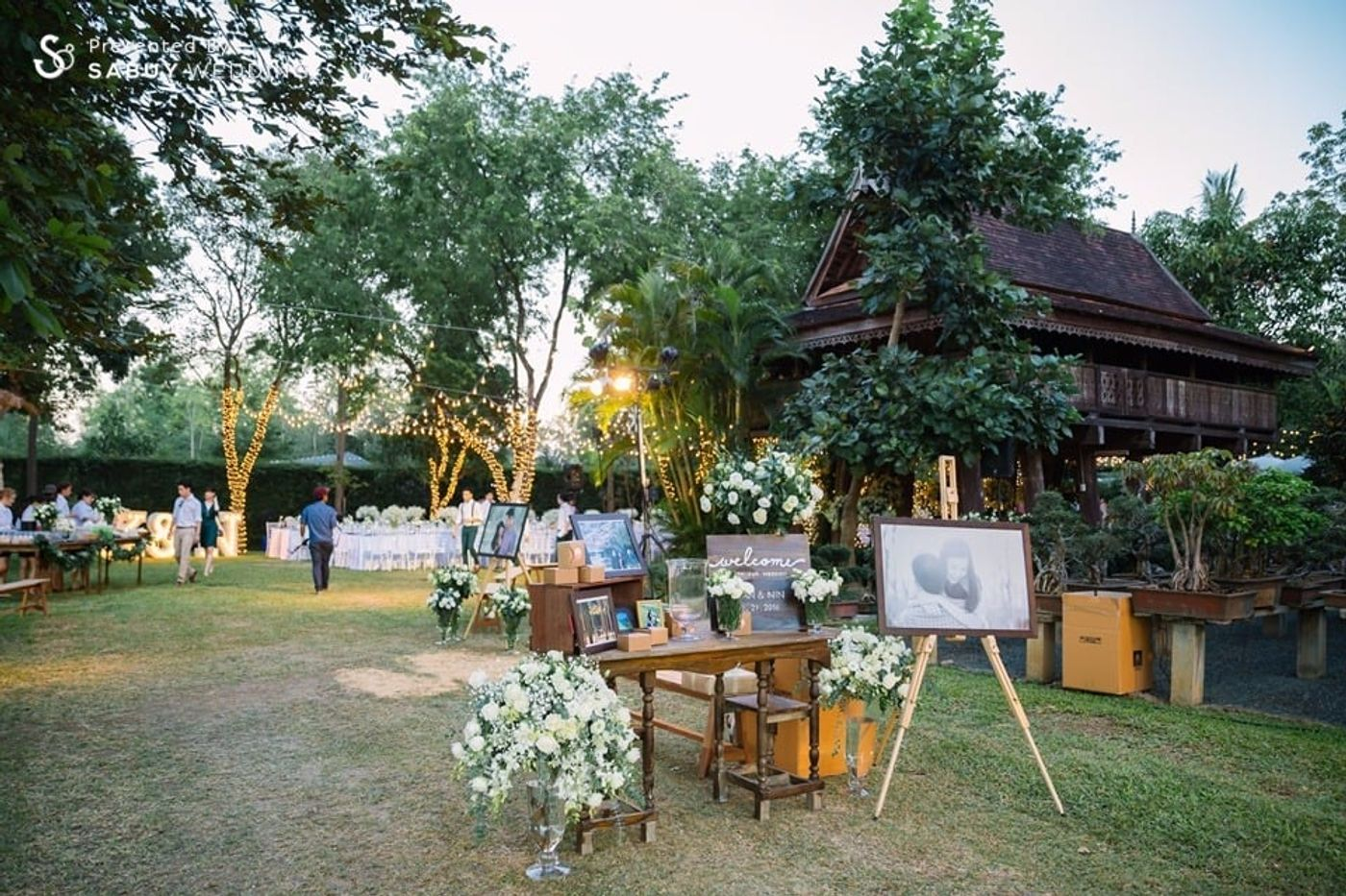 สถานที่แต่งงาน,สถานที่จัดงานแต่งงาน,ตกแต่งงานแต่ง,งานแต่ง outdoor,เรือนไทย รีวิวงานแต่งอิ่มใจไปกับงานหมั้นล้านนา ปิดท้าย Sit-down dinner ประดับไฟแสนสวยในสวนหลังบ้าน