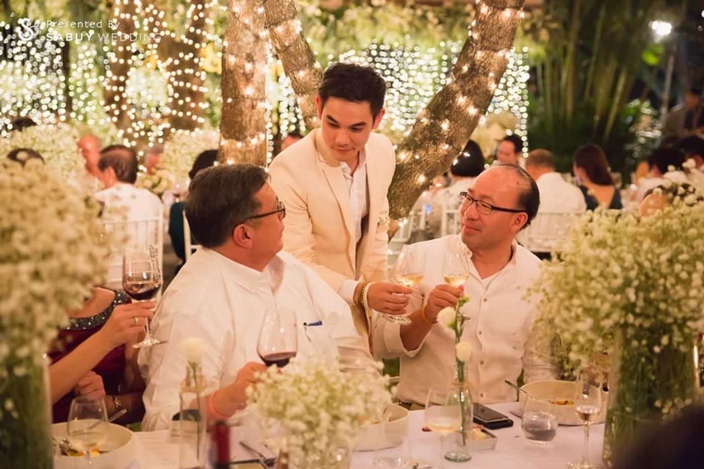 เจ้าบ่าว,ตกแต่งงานแต่ง,long-table รีวิวงานแต่งอิ่มใจไปกับงานหมั้นล้านนา ปิดท้าย Sit-down dinner ประดับไฟแสนสวยในสวนหลังบ้าน