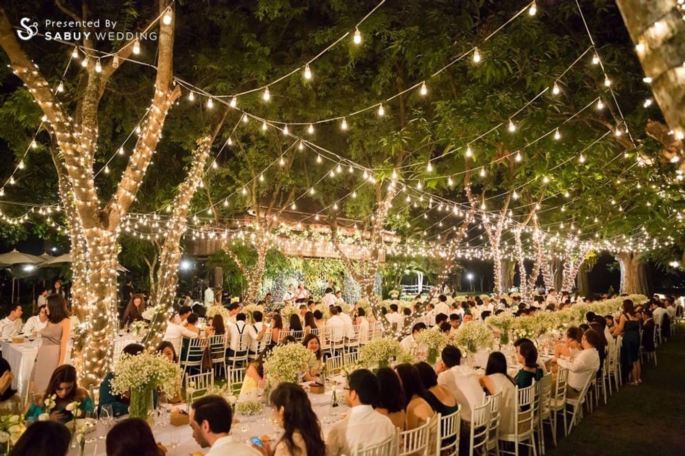 long-table,สถานที่แต่งงาน,สถานที่จัดงานแต่งงาน,ตกแต่งงานแต่ง,งานแต่ง outdoor รีวิวงานแต่งอิ่มใจไปกับงานหมั้นล้านนา ปิดท้าย Sit-down dinner ประดับไฟแสนสวยในสวนหลังบ้าน