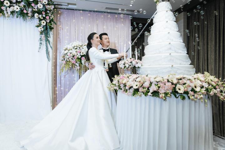 ชุดเจ้าสาว,เค้กแต่งงาน รีวิวงานแต่งสวยหวานกับโทนสีครีม ทอง น้ำตาล สุดอบอุ่น @ Crowne Plaza Bangkok Lumpini Park